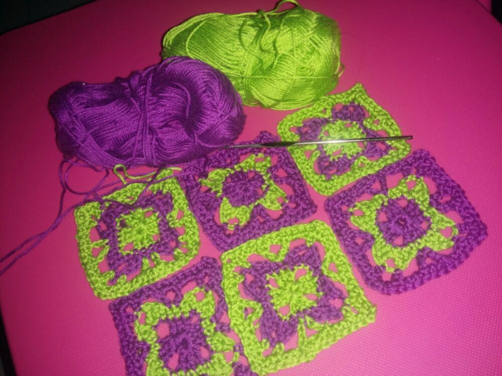 Tejer: Flores de crochet en cuadrados (3/3)