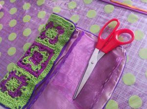 Tela de organdi y forro con crochet para hacer un estuche