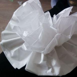 Separar las pliego a pliego cada papael de seda para lograr pompón