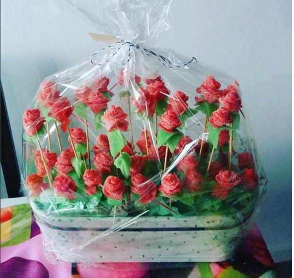 Macetas con lenguas de rosas para candy bar