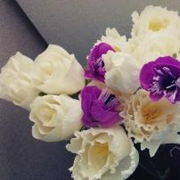 Flores de papel para decorar la mesa dulce...